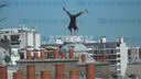 「AFP」French freerunner performs tricks above Paris skyline